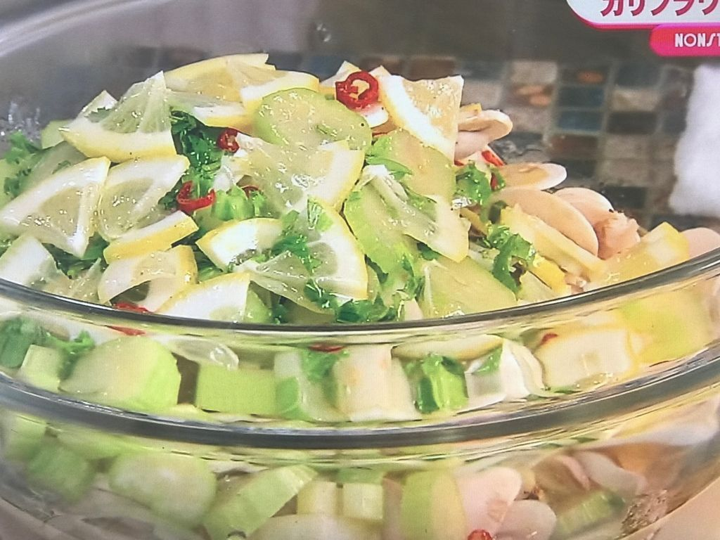 野菜と野菜とマリネ液を混ぜ合わせる