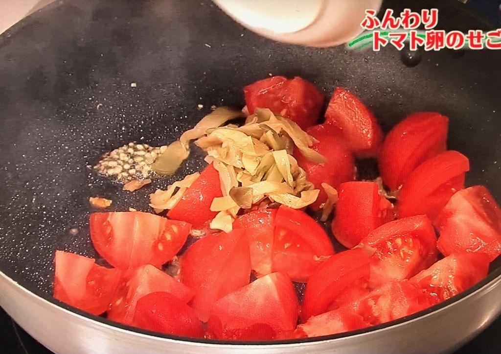 トマトの皮がはじけてくるまで炒める