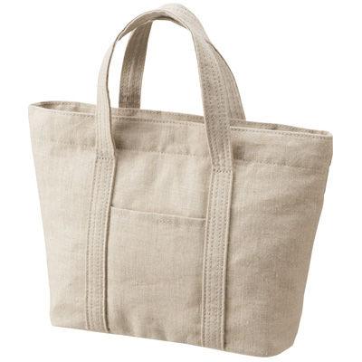 生活雑貨・化粧品・衣料品・食料品からインテリアまでを手掛ける無印良品のビニール製平袋。幅広い品揃えに合わせ、袋 の素材はビニールと紙の二種類でサイズも多様。