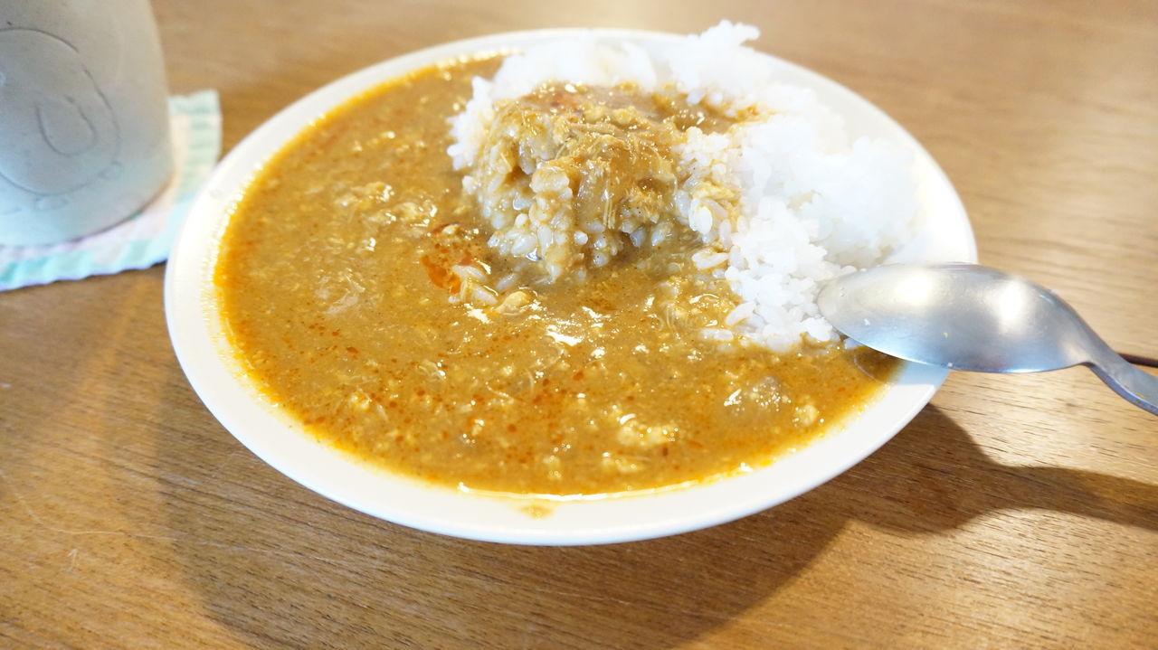 写真を見てもわかると思いますが、サラサラとしたスープタイプのカレーです。 まぁ、タイカレーの特徴ですよね。カレーをお皿にかけると蟹の香りしてきますよ。