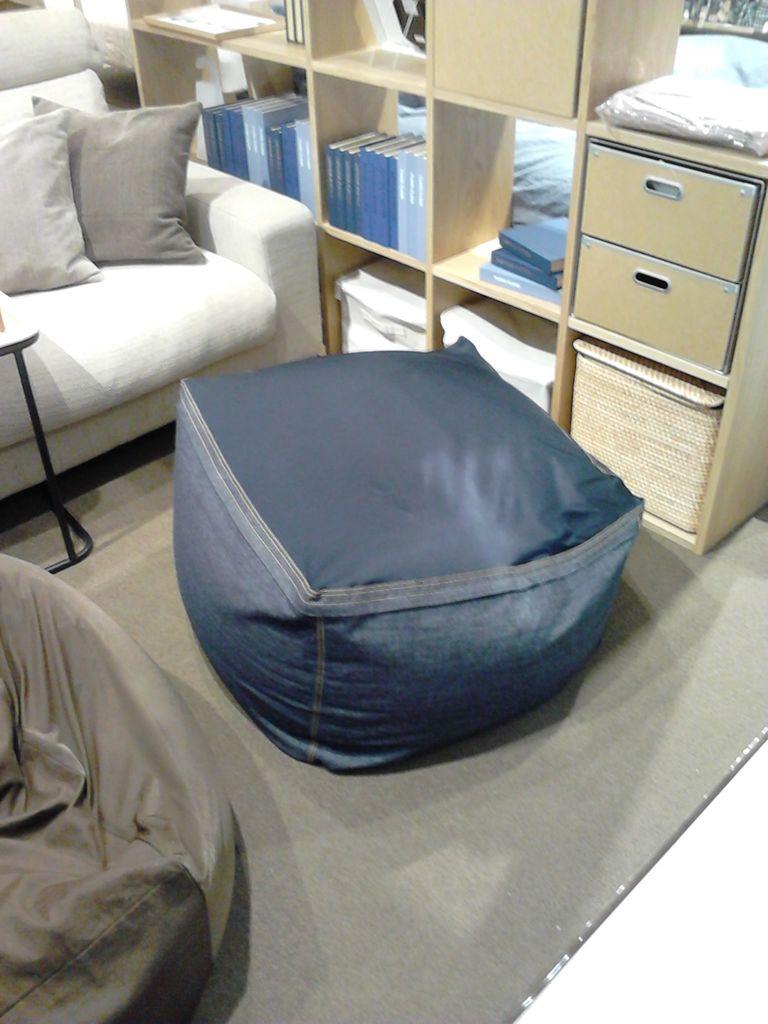 そして、ムジムジくんが一番気に入ったのが、この体にフィットするソファ用のデニムカバー。 ソファがジーパン履きましたって感じじゃないですか?