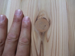 杉節あり板目浮造りフローリング 埋め木処理拡大