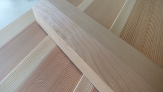 杉柾特殊加工羽目板とブラックチェリー
