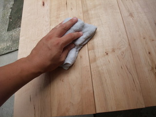 雑巾で拭く