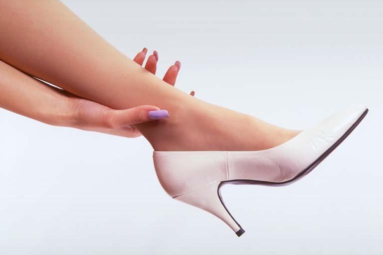 足のむくみやひどいだるさの原因は?下肢静脈瘤の …