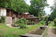 越後長野温泉「嵐渓荘」・その先に水車が見える
