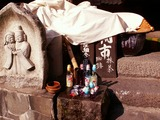 「野沢温泉」清水で冷やす