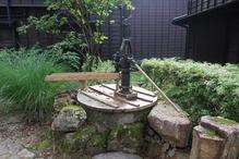 越後長野温泉「嵐渓荘」・入り口の井戸