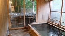 越後長野温泉「嵐渓荘」・石湯向うが露天
