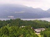 箱根、芦ノ湖を望む