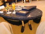 テーブルの金に映る足