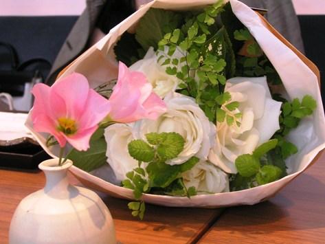 白バラの花束