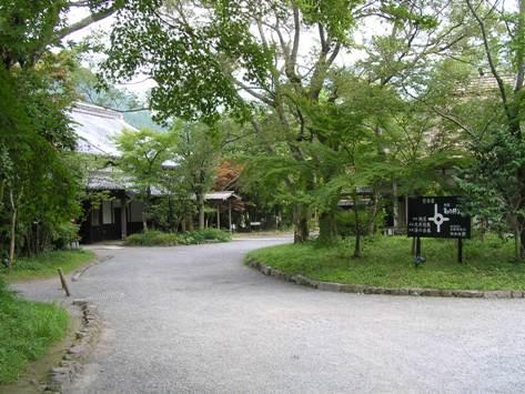 亀の井別荘 敷地入口