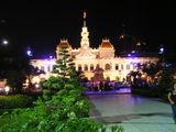 夜の人民委員会庁舎