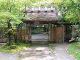 亀の井別荘 入口の茅葺門
