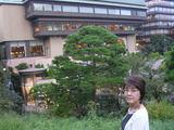 椿山荘の前で