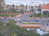 窓から見える バイクの人々