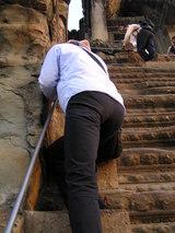 第三回廊へ登る急階段の私!