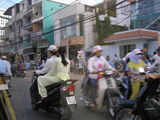 アオザイ姿で乗るバイク