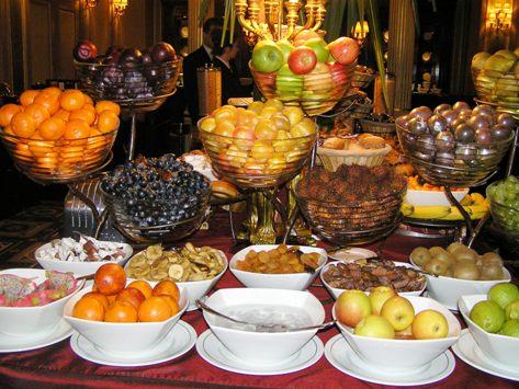 朝食、果物まるまるです 他にカットフルーツもあり