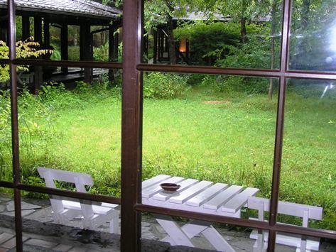 雑木林に面した談話室でお茶をいただきました
