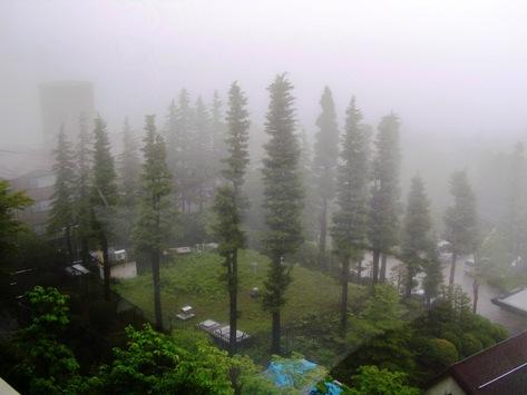 窓から見る豪雨の景色