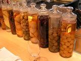 オープンキッチン前の果実酒
