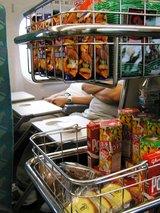 車内販売は日本のお菓子がいっぱい
