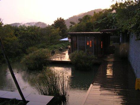 夕暮れの池畔茶館