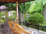 右にはお庭を眺められるオープンエアーの椅子が