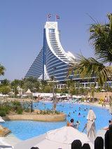 流れるプールと ジュメイラビーチホテル