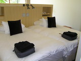 ベッドと上に置いてあるダウンのコート