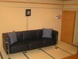 黒革の長椅子