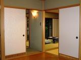 扉を開ける8畳くらいの玄関スペース