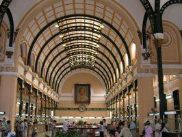 中央郵便局クラシックなアーチの天井
