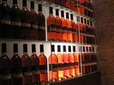 響 階段に飾ってあるウイスキー