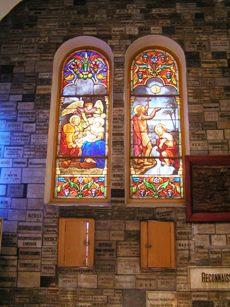 カトリック教会内部のステンドグラス