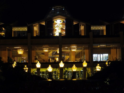 夜のムリアリゾ-ト、ロビー館