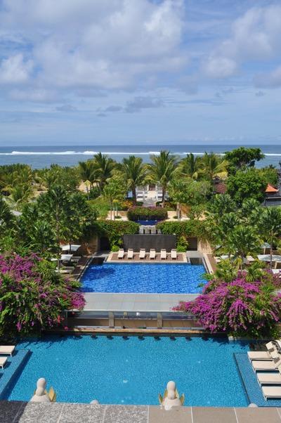 ホテル棟ロビーから海を望む