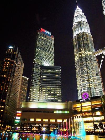 夜のKLCCパークとタワー