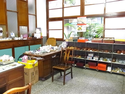 奥の食器売り場