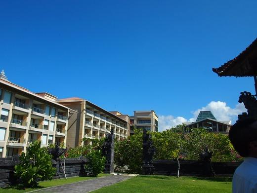 お庭からホテル棟を見る