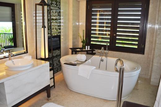 緑の景色あふれるバスルーム
