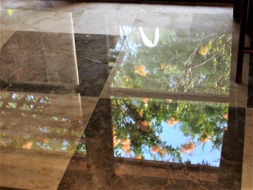 磨きこまれた大理石の床