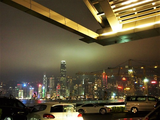 夜のホテル前の景色