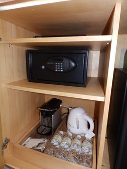 金庫、コーヒーメーカー