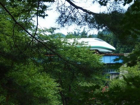 お庭の先には新幹線が見えます