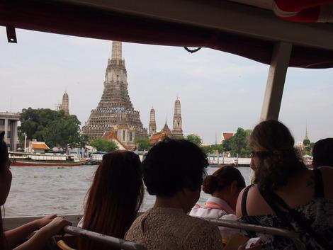 船の中から見る暁の寺
