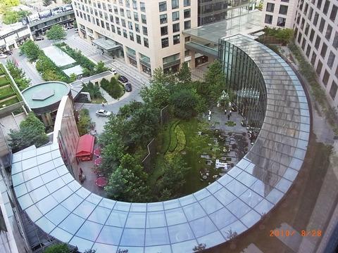 ホテル ガラス張りのロビーを上から見る