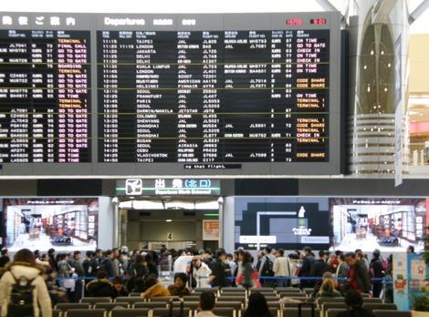 大混雑の成田空港第二ターミナル